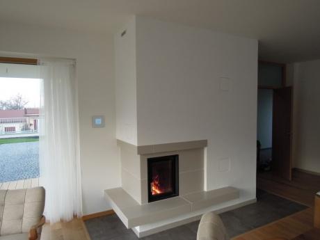 Moderní akumulační kachlová kamna s hypokaustním vytápěním vrchní místnosti