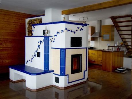 Akumulační kachlová kamna s teplovodní kamnovou vložkou pro ohřev teplé užitkové vody