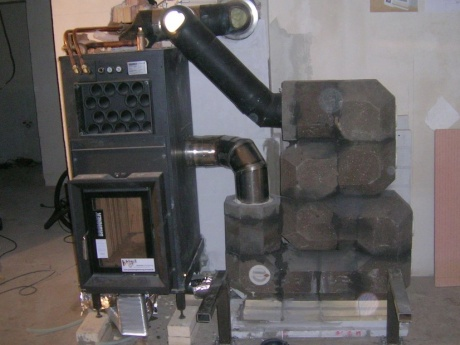 Akumulační kachlová kamna v kombinaci s teplovodní kamnovou vložkou a akumulačním tahovým systémem