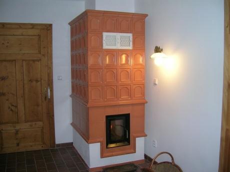 Akumulační kachlová kamna kombinovaná s teplovzdušným systémem do místnosti a do patra